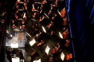 Omer Meir Wellber sitzt am Dirigentpult
