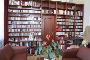 Hunderte CDs und Bücher von aktuellen Künstlern schmücken das Regal.