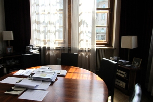Runder Tisch statt Chef-Schreibtisch: Meyer möchte mit Mitarbeitern auf gleicher Ebene diskutieren.