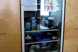 Ein gewöhnlicher Kühlschrank voller Theaterblut.