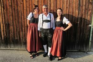 Ehrenstabführer Robert Podpeskar mit Marketenderinnen Eva Aichbauer und Christina Stockmayr