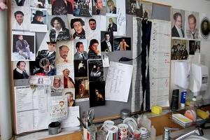 Dutzende Autogrammkarten und Erinnerungen schmücken das Zimmer.