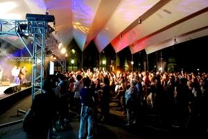 Das verfahrbare Membrandach des Innenhofs schützte die rund 500 bis 1.000 Konzertbesucher vor Regen.