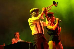 Parov Stelar blieb im Hintergrund - für eine ausgelassene Show sorgte Sängerin Cleo Panther.
