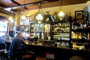 Die Bar im Gambrinus lädt zum Verweilen ein.