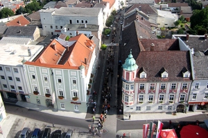 Rund 200 Ritter, Burgfräuleins, Hexen und Gaukler zogen lautstark auf den Ennser Hauptplatz.