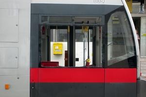 Freiluft-Bim: Dieser Straßenbahn fehlt das Glas im Fenster.