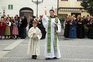 Pater Martin segnet die Erntekrone und die Bevölkerung.