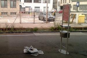 """Ein """"Zeitungshaufen"""" am Westbahnhof."""