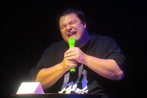 Der Mann mit dem grünen Mikrofon: Stimmkünstler, Beatboxer und (nun auch) Kabarettist Michael Krappel.