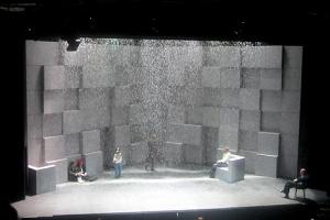 Das Bühnenbild besteht aus Vorhang, Schnee, Videos und bewegende Wandklötze.