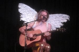 Musiker, Songwriter und auch Kabarettist: Der blonde Engel mit der tiefen Stimme.