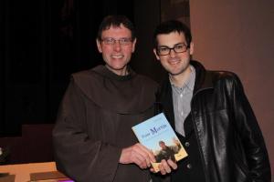 Pater Martin, das Buch und Florian Kobler.