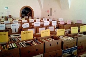 Rund 20.000 Bücher stehen zur Auswahl. Die Kosten betragen zwischen 1 und 3 Euro pro Buch.