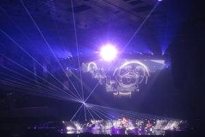 Laserstrahlen schwebten über den Köpfen des Publikums.