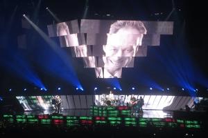 Videos unterstützten die Botschaften der Songs.