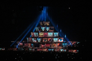 Zum offiziellen Konzertende setzte sich die LED-Pyramide auf die Bühne.
