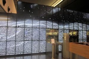 Medienkunst für die reisende Masse: Rund 37.000 Passagiere werden angeblich täglich durch die Installationen gescheust.