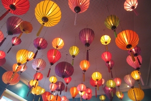 Lampendecke bei einem Vietnamesen in Barcelona