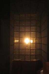 """Glühbirne im Käfig - gesehen im Restaurant """"Basilico""""."""