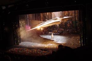 Hingucker: Ein Kampfjet schwebt über der Bühne