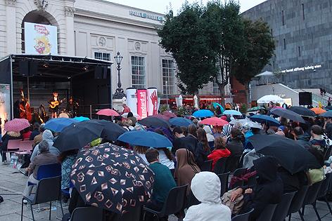 Regenschirme bei der  O-Töne-Eröffnung
