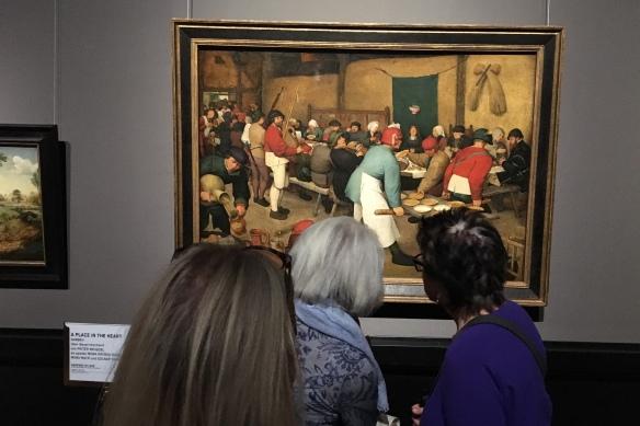 Besucherinnen vor Bruegels <em>Bauernhochzeit</em>