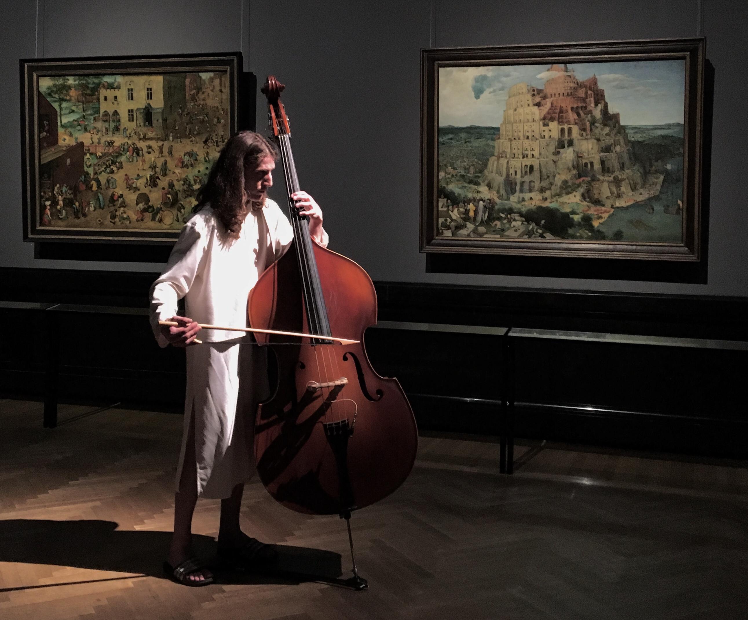 Manu Mayr vor Bruegel-Gemälden