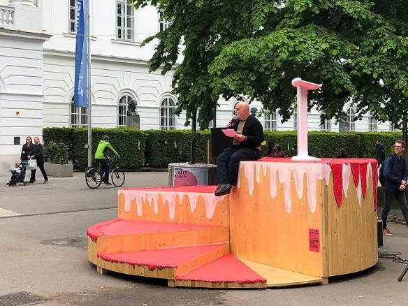 Torte vor TU Wien