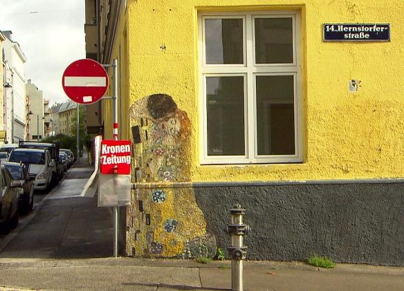 Der Kuss - nach Gustav Klimt. Noch schöner natürlich, wenn der Zeitungsständer abmontiert ist...